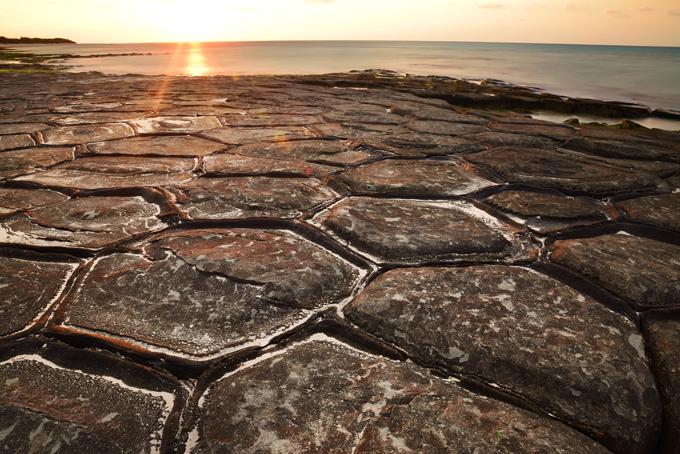 畳石と朝日